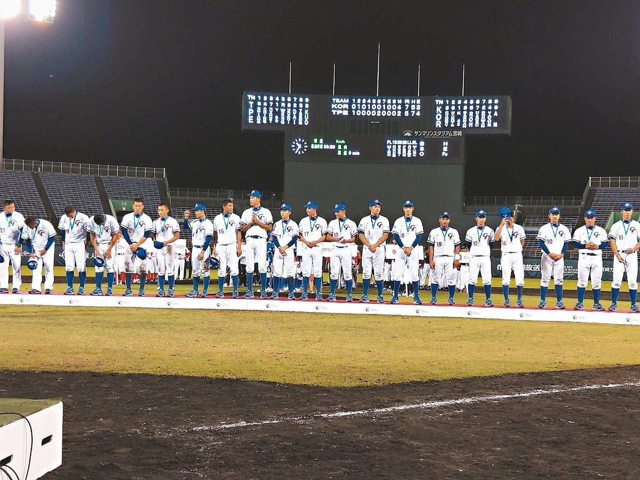 中華隊在亞洲青棒賽獲得亞軍,領獎後球員沒有笑容。 記者婁靖平/攝影