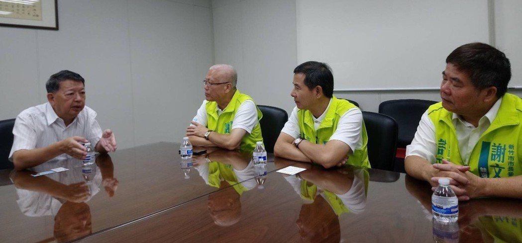 參選新竹市長的無黨籍議長謝文進(左二)要補「新竹市的幸福缺口」,昨天向新竹科學園...