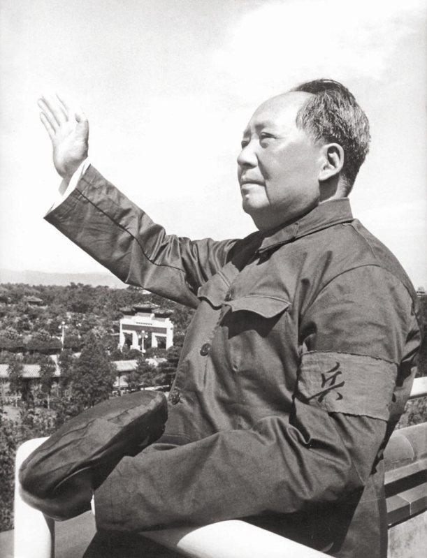 1966年8月18日,毛澤東在天安門城樓上,首次接見各地到北京串連的紅衛兵。 (法新社)