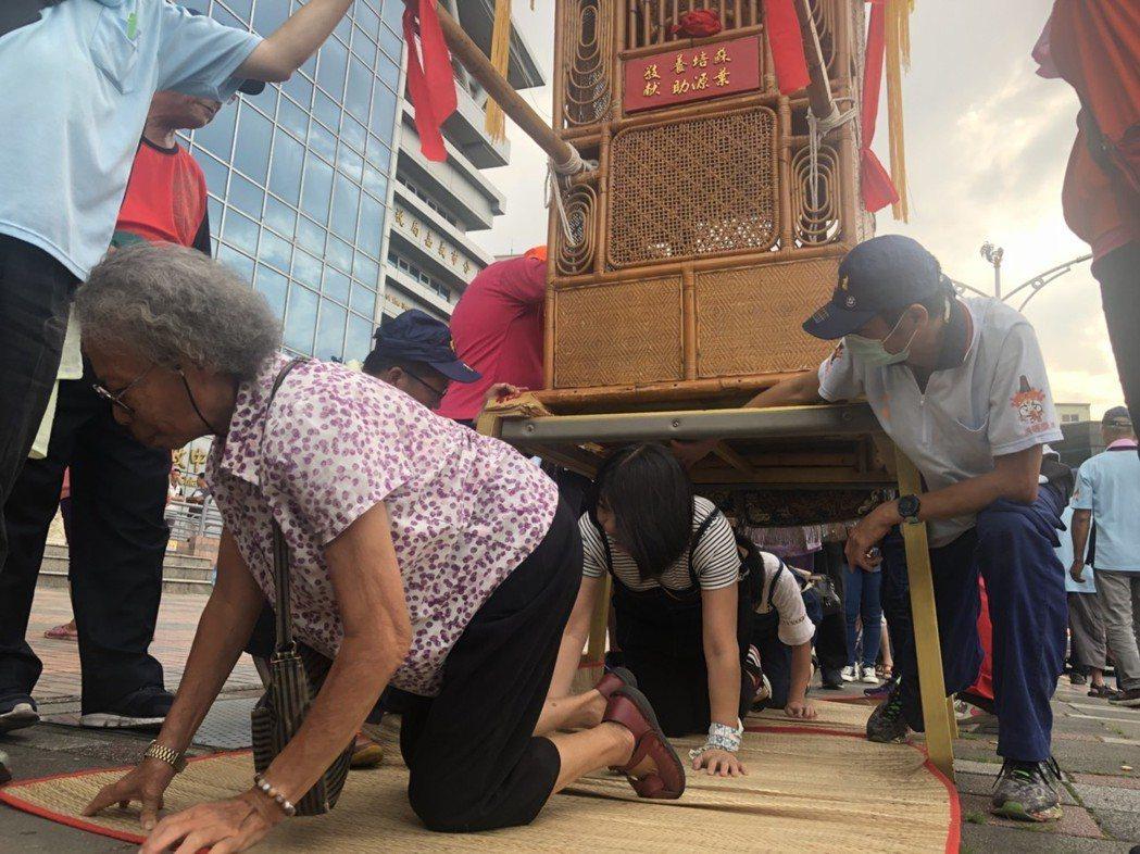 夜巡「躦轎腳」讓城隍爺加持庇佑據點設在嘉義市政府前、文化路與北榮街口中央廣場前、...