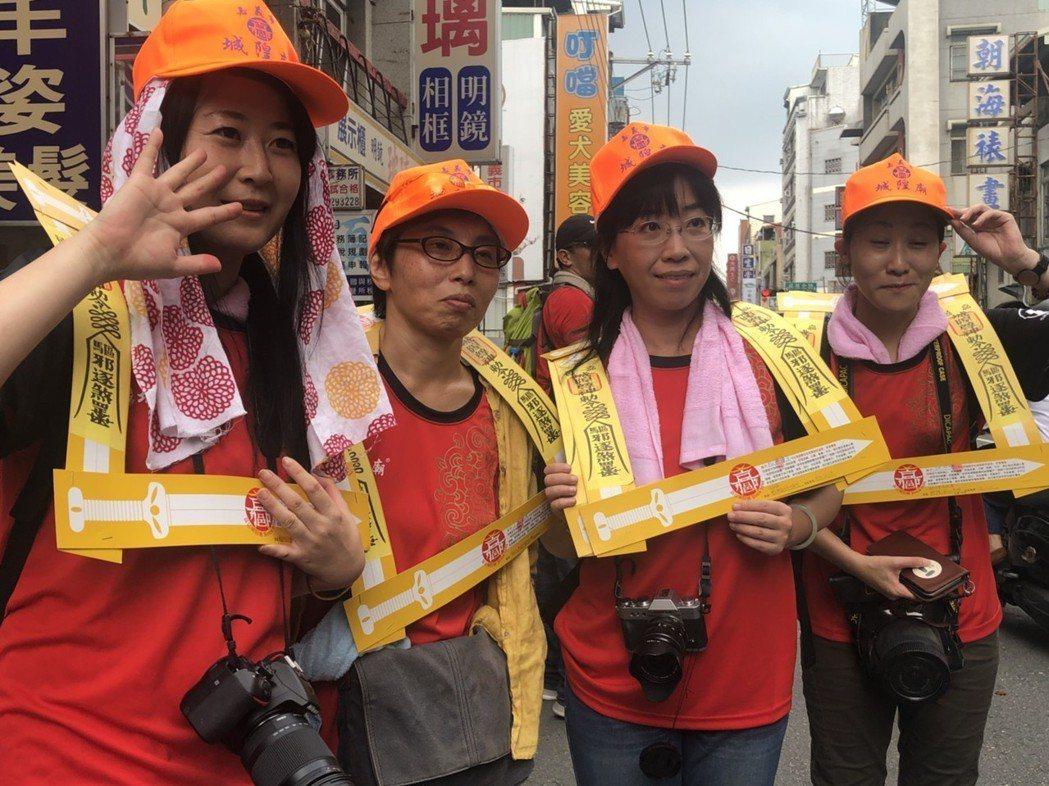 4名日本籍遊客也參加夯枷儀式,直呼「好特別」。 記者王慧瑛/攝影