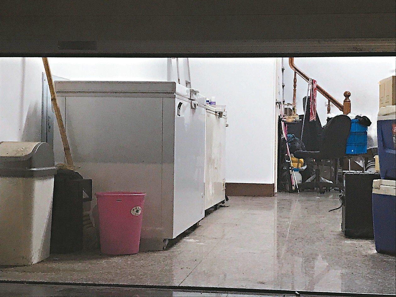 洪姓婦人涉嫌藏放屍體的冰櫃。 記者林伯驊/攝影