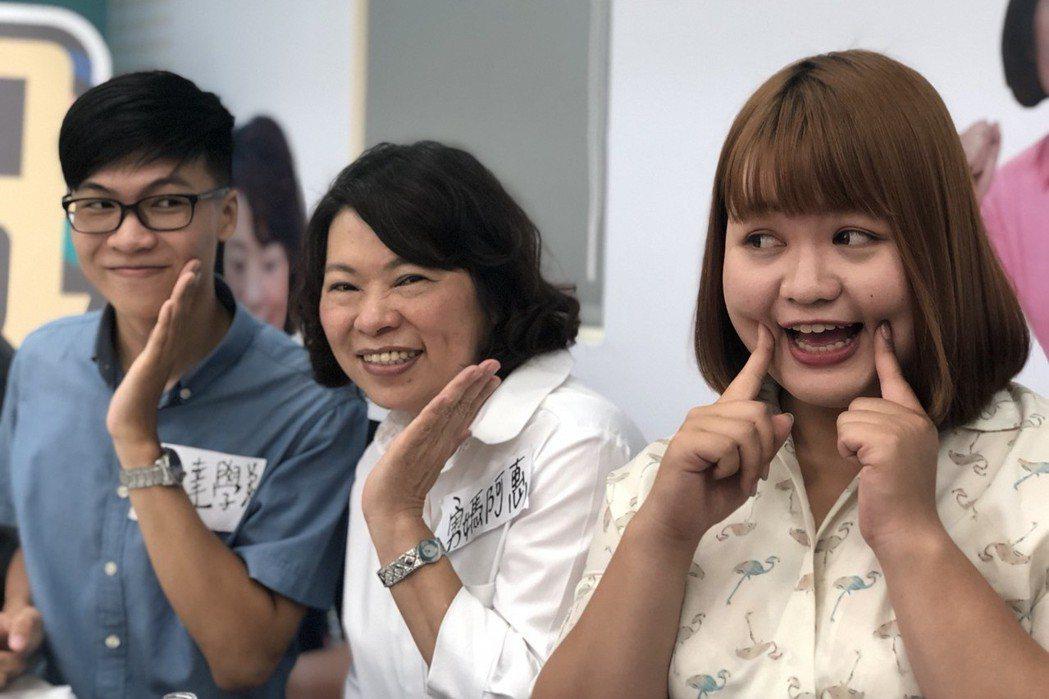 國民黨嘉義市長參選人黃敏惠團隊有不少年輕成員,持續拋出創意點子,昨天起透過直播放...