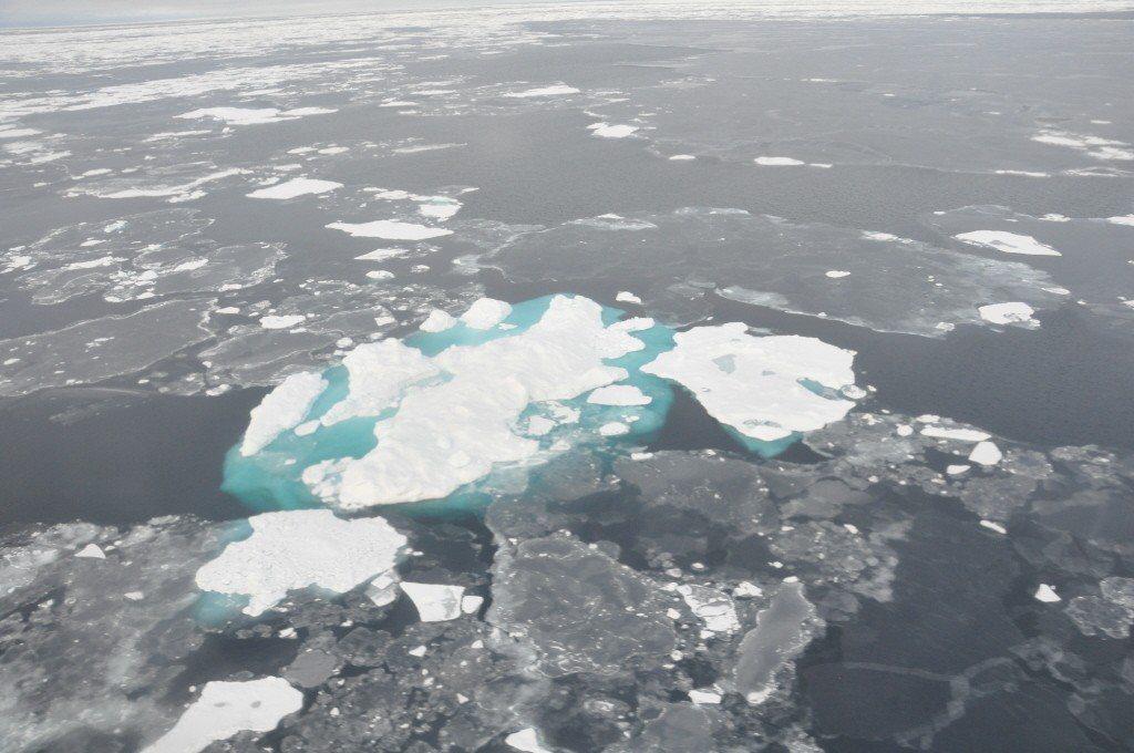 北極氣溫不斷升高導致海冰融化數量變多,也形成新航路,圖為白令海中海冰消融的情形。...
