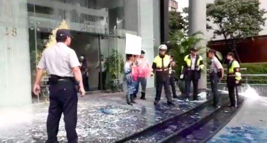 統促黨至日台交流協會潑漆,警方獲報趕往現場。圖/翻攝李承龍臉書直播影片