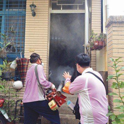 台南市中西區日前一名外籍看護感染登革熱,台南市衛生局人員前往進行戶內化學防治。圖...