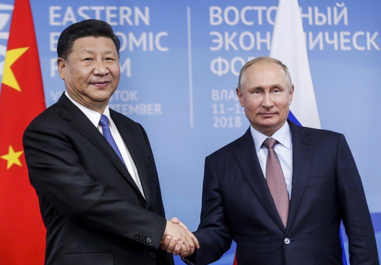 大陸國家主席習近平(左)11日在海參崴與俄國總統普丁(右)舉行會談。 美聯社