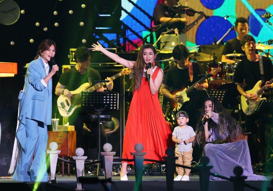 女子天團S.H.E今天歡慶十七歲生日,晚上在兩廳院藝文廣場舉行「十七音樂會」,E...
