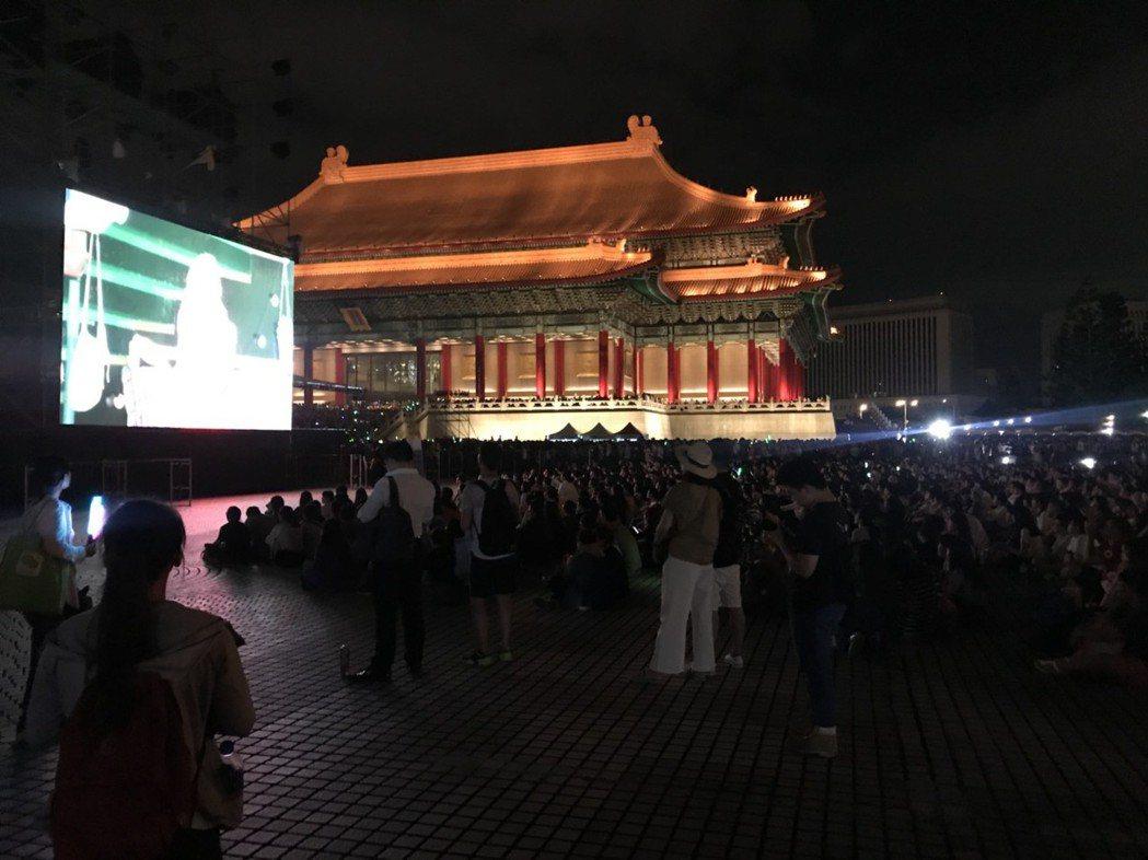 廣場周遭聚滿人群,粗估現場人數超過2萬。記者梅衍儂/攝影