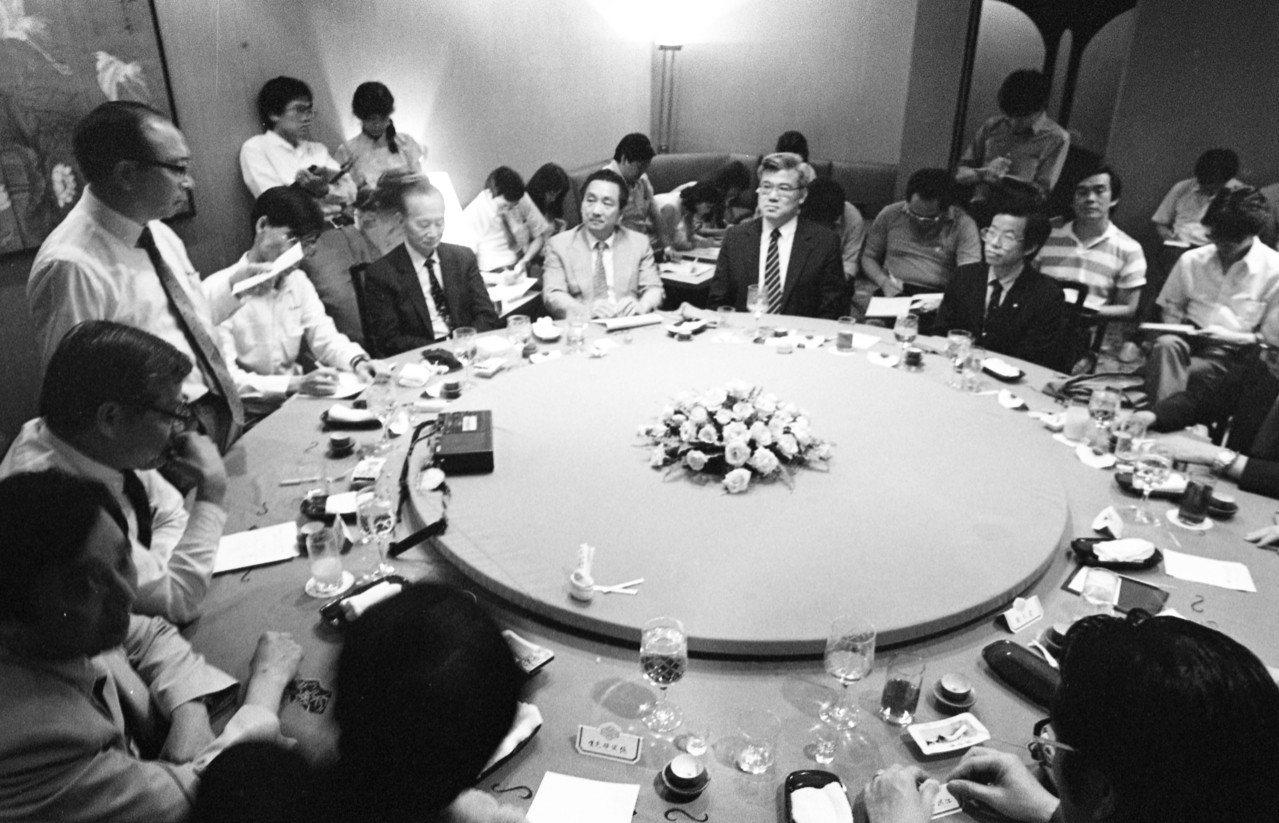 國民黨與無黨籍人士溝通餐會,由國民黨中央政策會副祕書長梁肅戎、蕭天讚、黃光平等三...