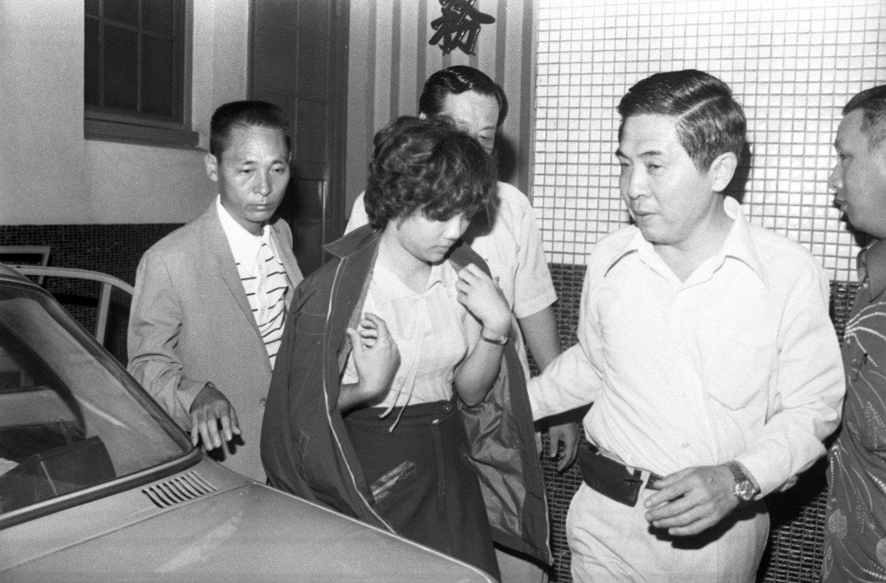一度被警方指為台北縣五股鄉箱屍案「死者」,並且誤作「林小美」的楊姓少女〈中批外套...