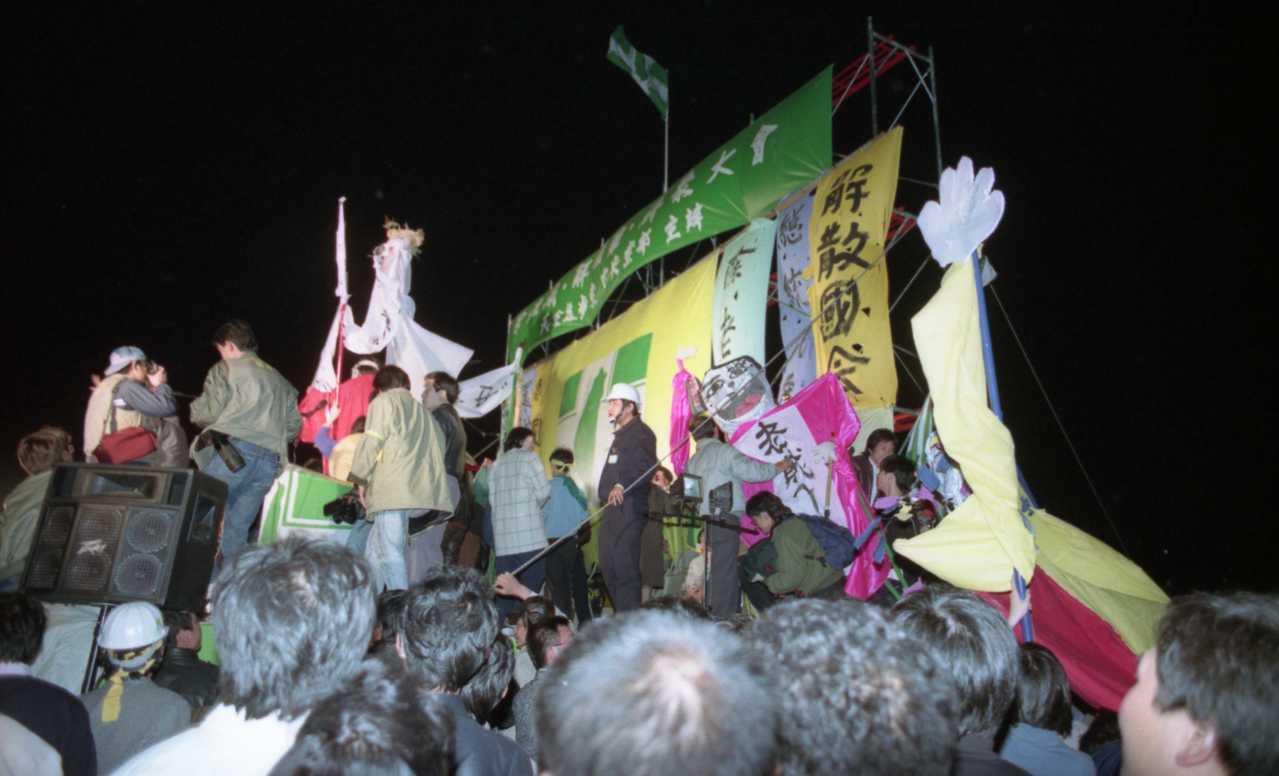 野百合學運入夜後,民眾以大型傀儡表達對資深國代的不滿。 圖/聯合報系資料照片
