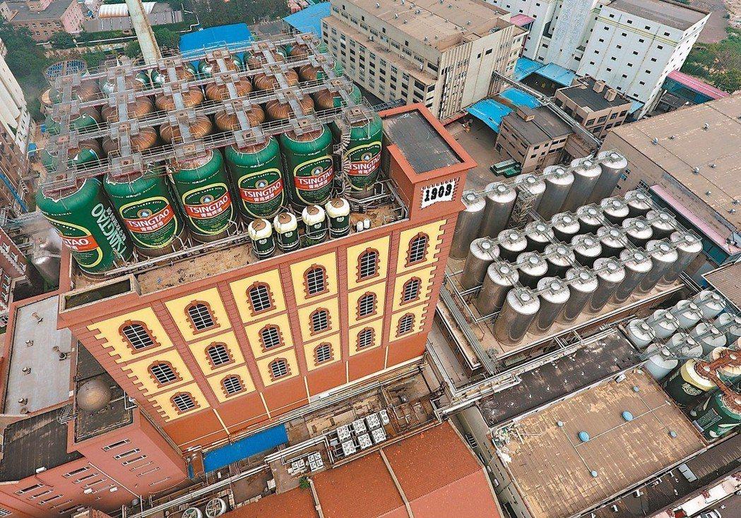 大陸釀酒業去年產量達707.7億公升。圖為青島啤酒廠。 (本報系資料庫)