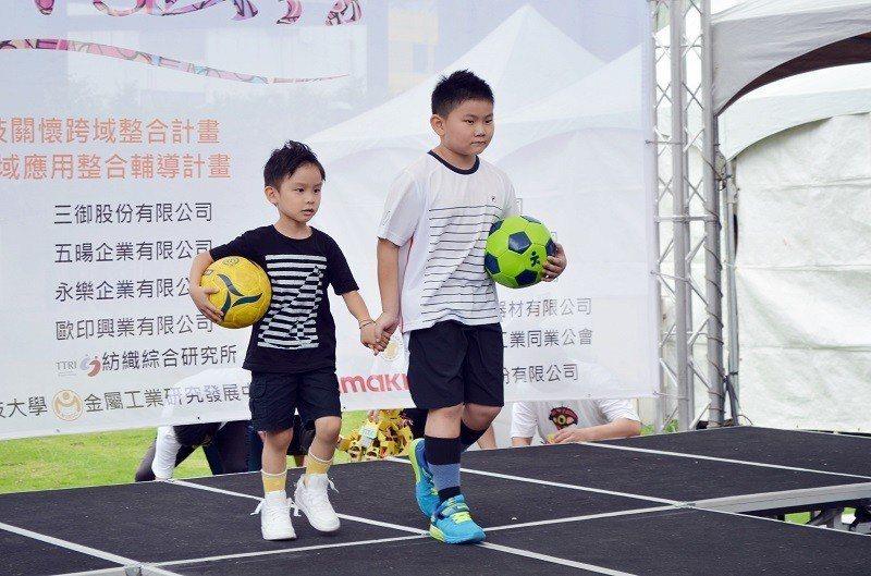 小模特兒展示足球風格長襪,有模有樣、活潑可愛。 嶺東科大/提供