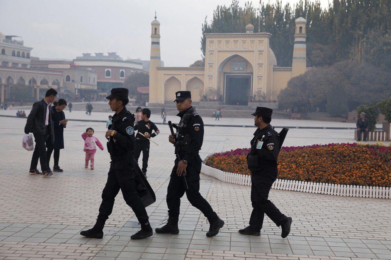 美國「人權觀察」組織指控,中國在新疆任意將維吾爾人關押在拘留營。 (美聯社)