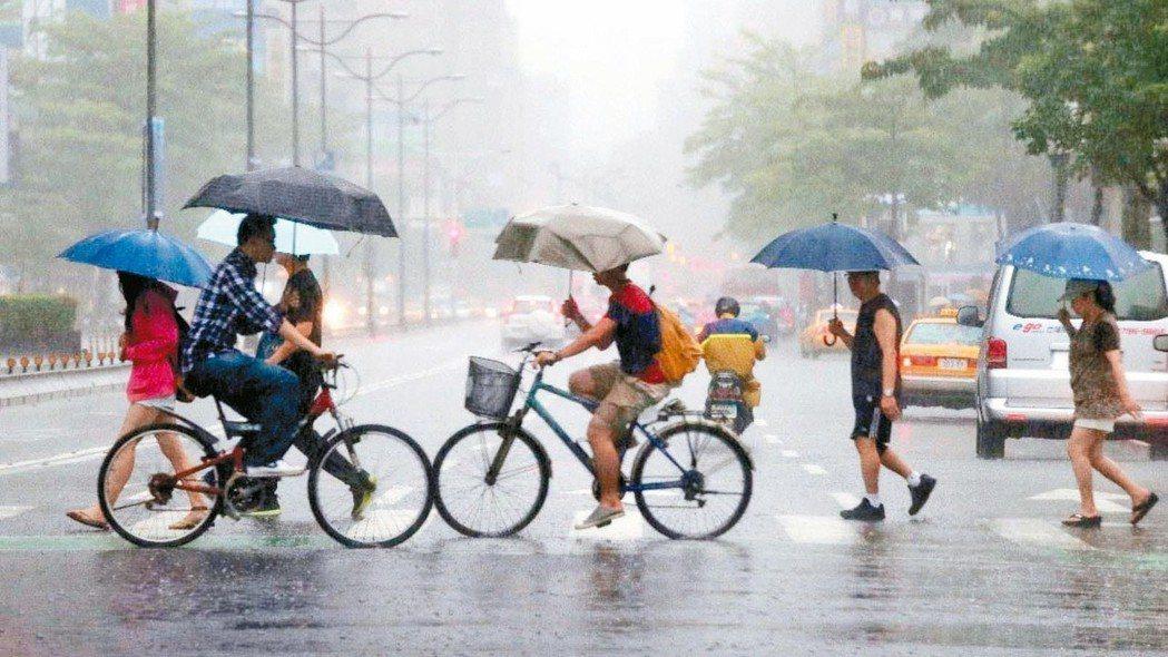 專家表示,山竹還有三四天時間可在海上發展,應是台灣附近今年最強的颱風。 報系資料...