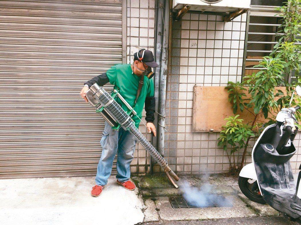 登革熱疫情持續延燒,衛生局、環保局加強清除孳生源。 新北市衛生局/提供