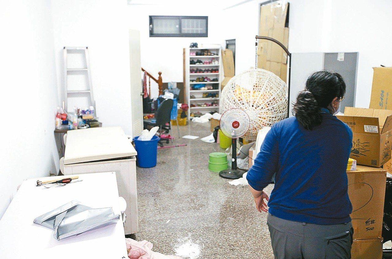 現場可見兩台大型營業冰箱。 記者劉學聖/攝影