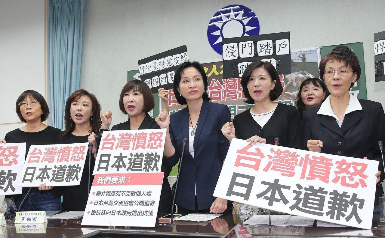 國民黨團上午舉行記者會,藍委與出席人士均著黑衣,凸顯此事為爭取慰安婦權益中最黑暗...
