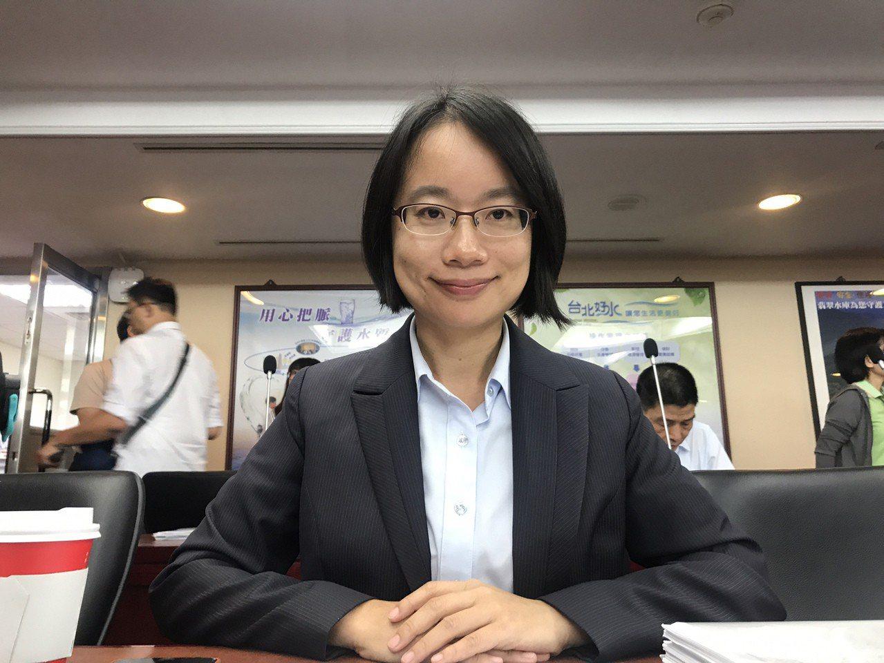 台北農產運銷公司今年8月前營業淨利較去年同期少。北農總經理吳音寧(前)11日列席...