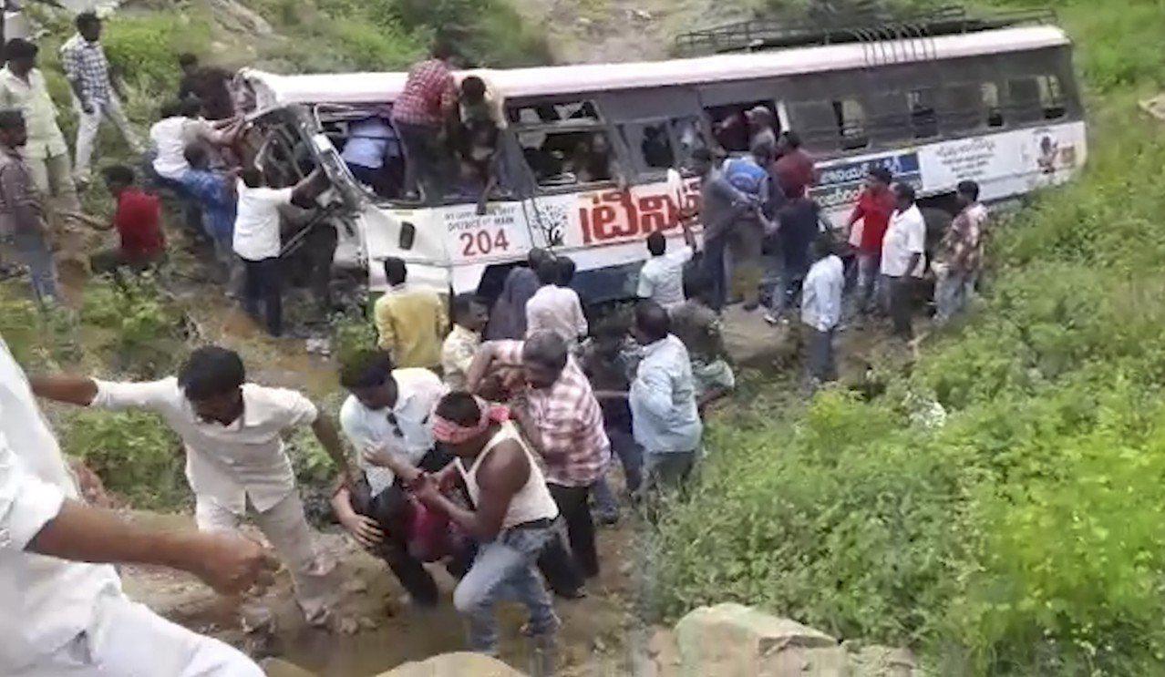 前往南部山區一座印度教廟宇朝聖的民眾乘坐的巴士回程途中翻落峽谷,導致至少52人死...
