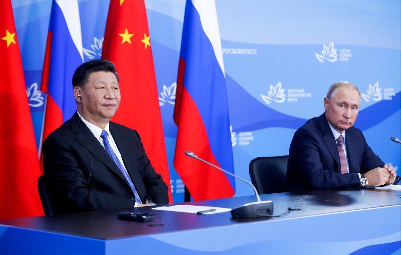 普亭(Vladimir Putin)與習近平在俄國遠東城市海參崴經濟論壇的場邊舉...