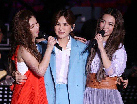 女子團體S.H.E今晚在台北舉行「十七音樂會」,與歌迷歡慶出道17週年,從首張專輯主打歌「戀人未滿」到新歌「十七」,全場演唱2小時、22首金曲,台上台下氣氛既歡樂又感性。距S.H.E前一次在台灣公開...