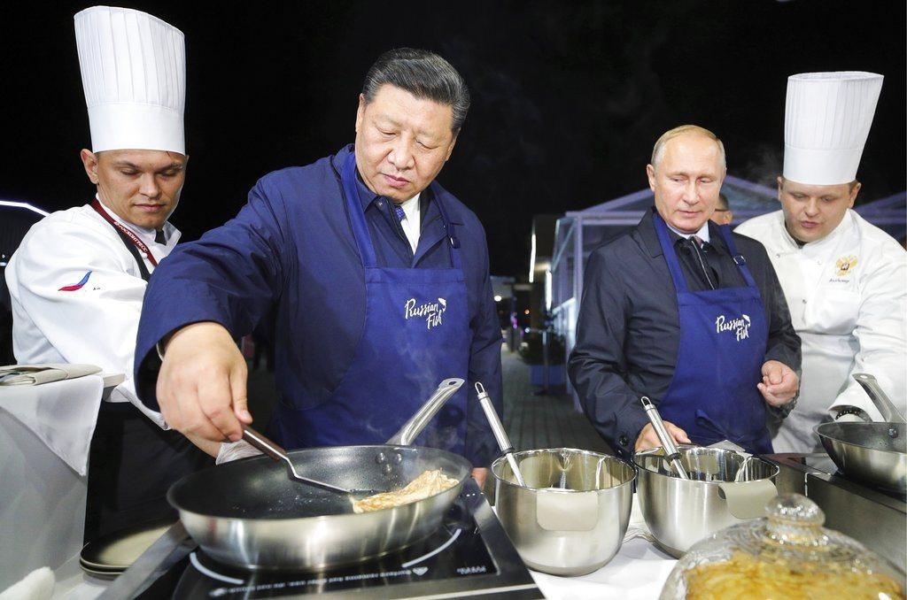 俄羅斯總統普亭和中共國家主席習近平出席在俄國舉行的經濟論壇,2人忙裡偷閒,在場邊...