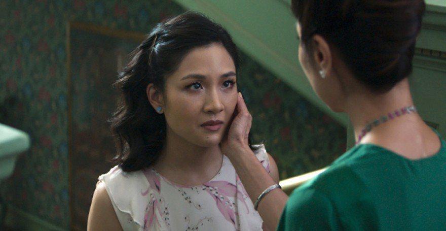 楊紫瓊(右)在片中一場戲撫摸吳恬敏的臉。(美聯社)