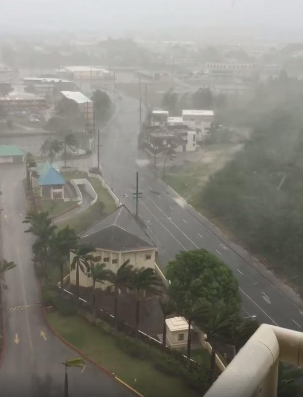 山竹颱風正在關島肆虐。圖擷自爆廢公社