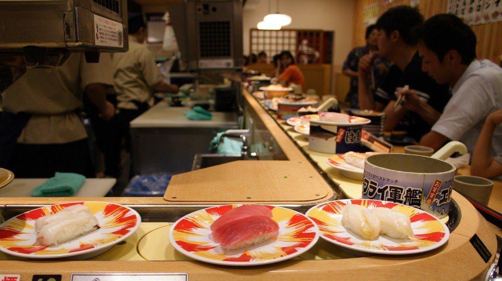 暖孫帶爺奶出門吃飯,特地為兩位受過日本教育的老人家挑選了迴轉壽司。photo c...