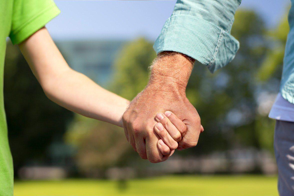 英國一對富豪夫婦4年前痛失獨子,為了讓家族企業能有繼承人,他們不惜花費百萬從兒子...