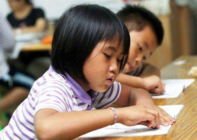 台東知本孩子的書屋之一的美和書屋,每天小朋友下課就來這裡做功課,也有義工老師指導...