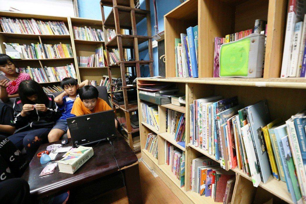 台東知本孩子的書屋有多個據點,提供青少年各種興趣培養,每個角落都有許多讀物讓小朋...