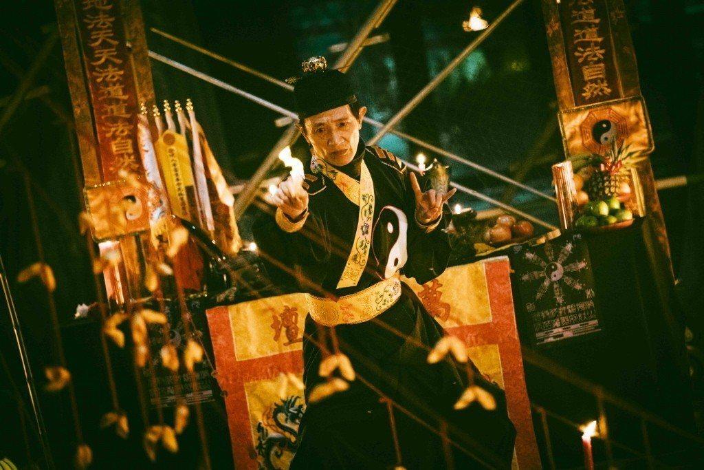 阿西在電影「粽邪」中扮演送肉粽儀式中的法師一角。 圖/華影國際提供