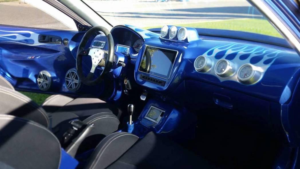 重整過後的內裝完全不像是2000年的車子。 摘自Phoenix Craigslist