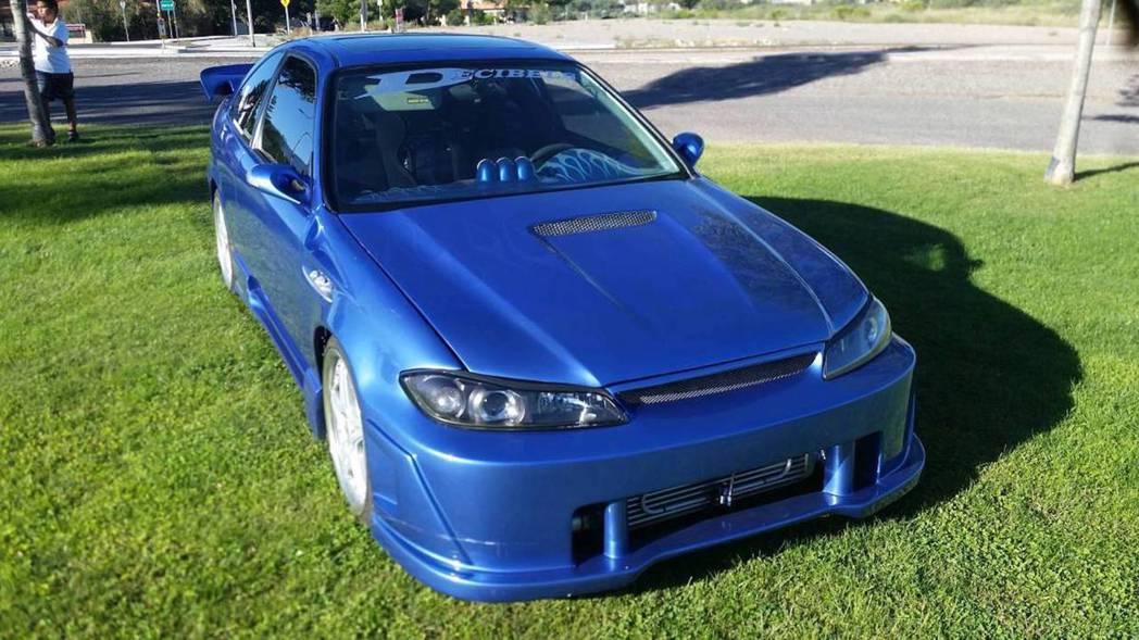 頭燈採用的是Nissan Silvia S15的組合。 摘自Phoenix Craigslist