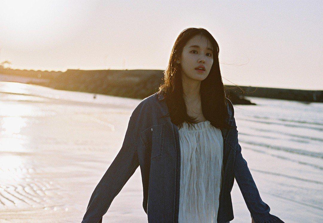 因《太陽的後裔》中護士崔敏智一角打開知名度的南韓女星朴煥熙,靠著外型和自然演技,...