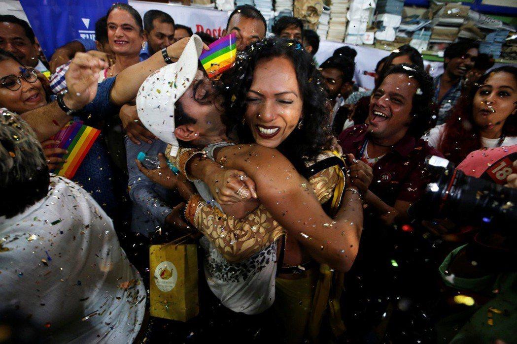 2018年9月6日,印度最高法院宣布男男合意性行為不再是一項犯罪行為。圖為聽到判決後歡呼的民眾。 圖/路透社