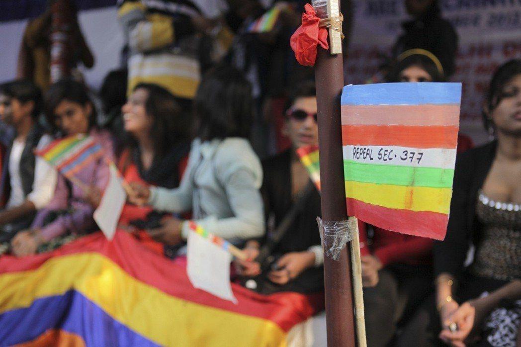 2013年,最高法院又推翻了2009年的判決。圖為2013年12月同志運動者在彩虹旗寫上「廢除377條款」。 圖/美聯社