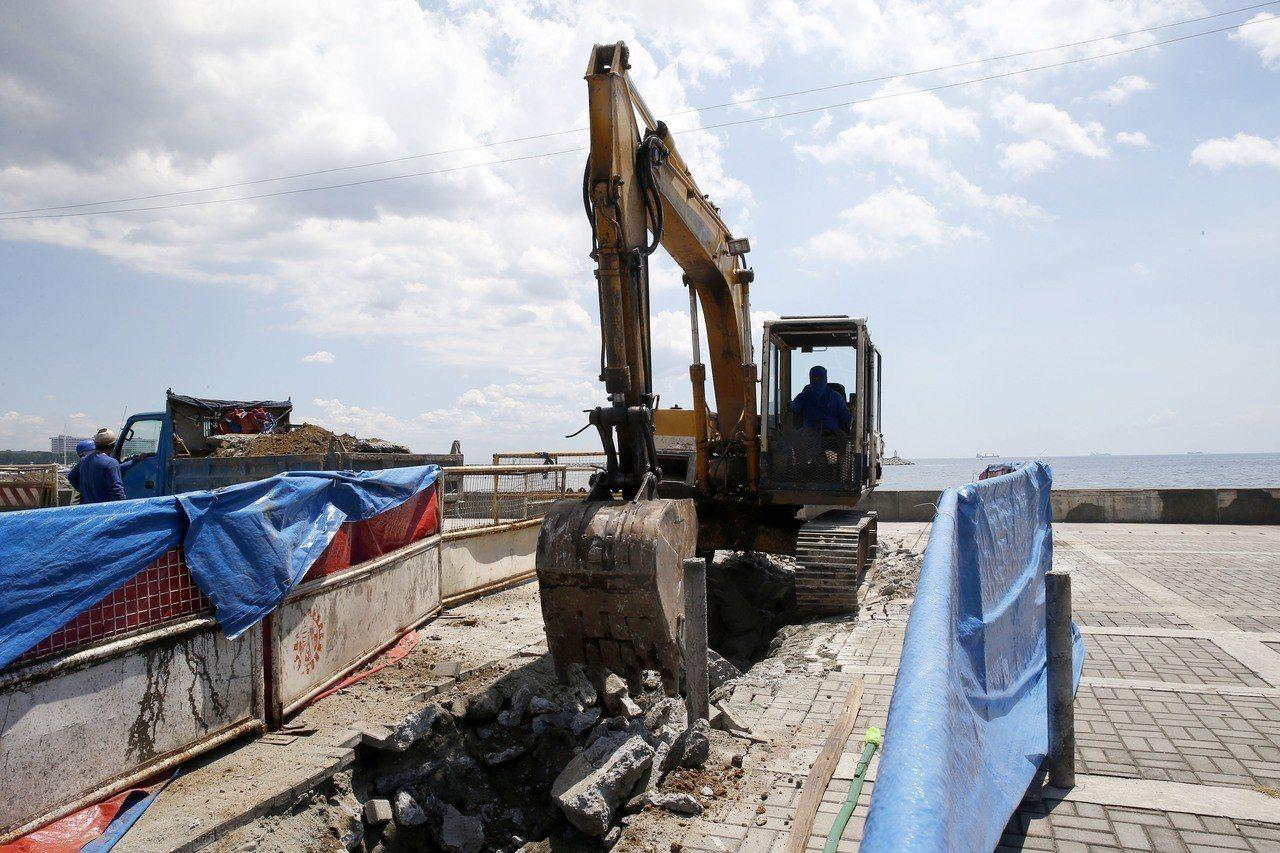 菲律賓馬尼拉灣畔的慰安婦雕像被拆除。 美聯社