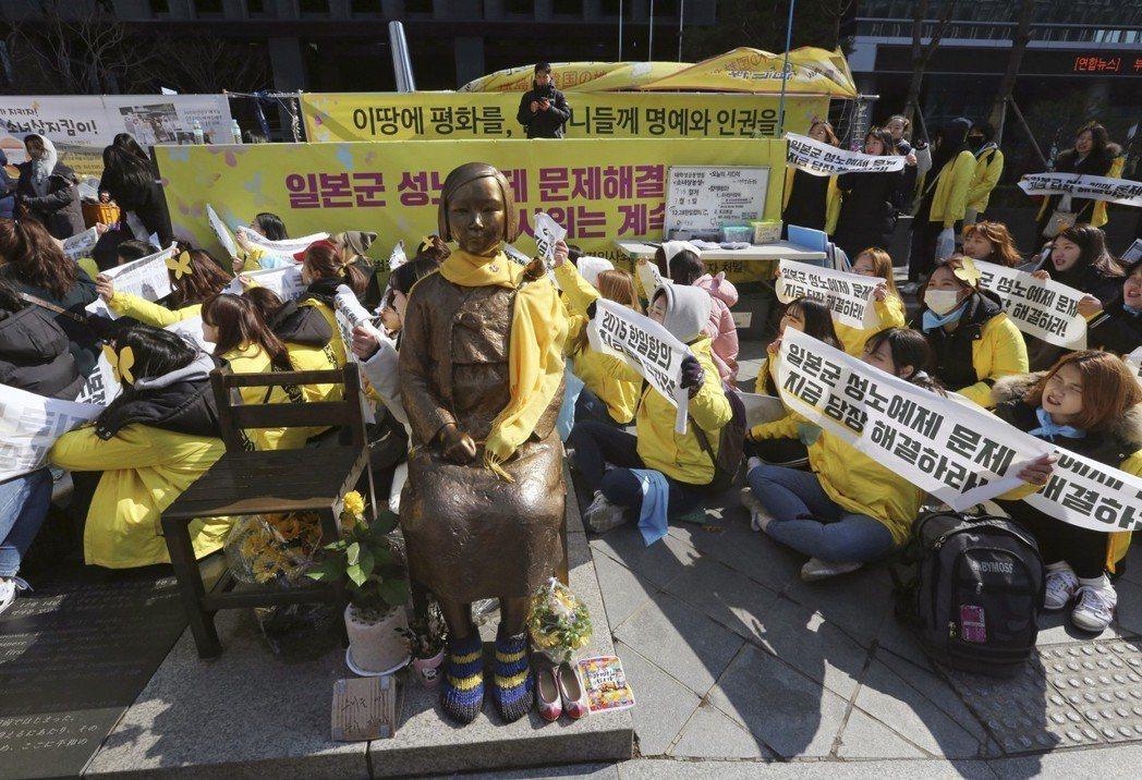 今年3月,韓國大學生在日本使館前展示慰安婦銅像,以示抗議。 美聯社