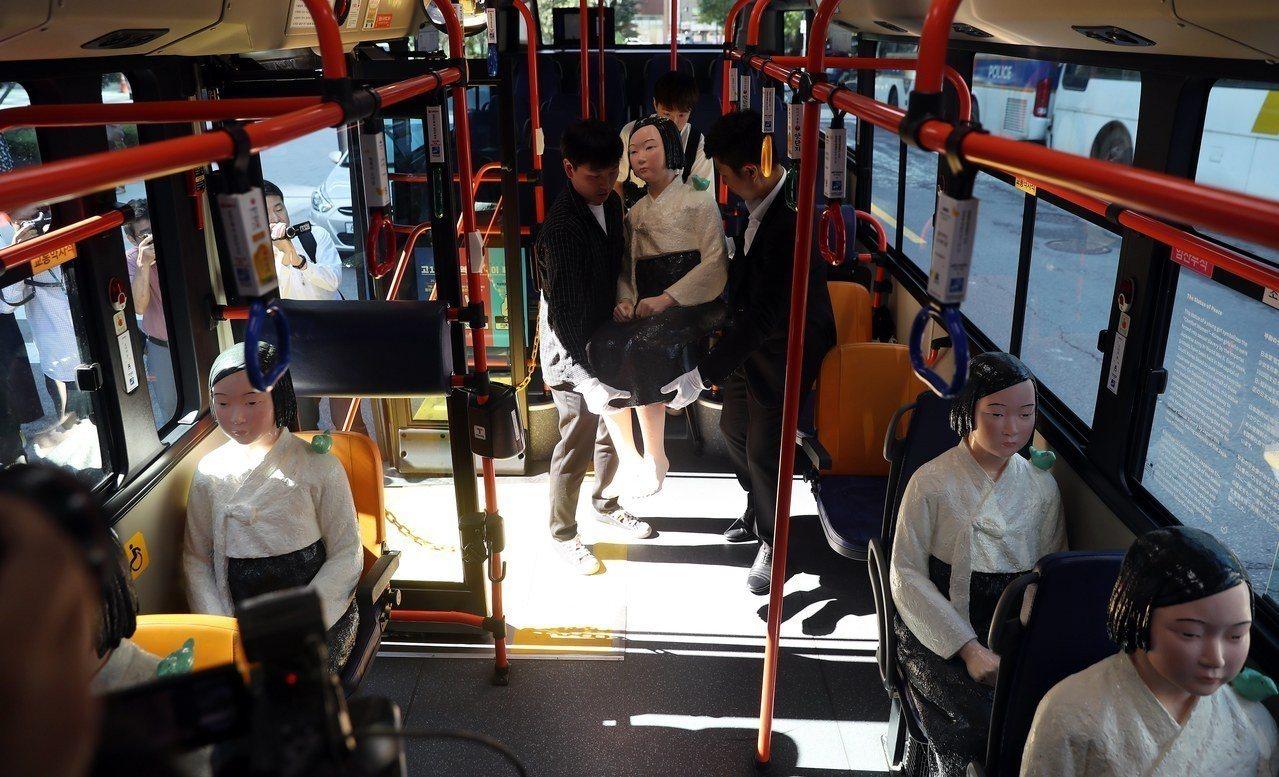 韓國去年在國際慰安婦日,於首爾市的公車上安放了少女雕像。 歐新社