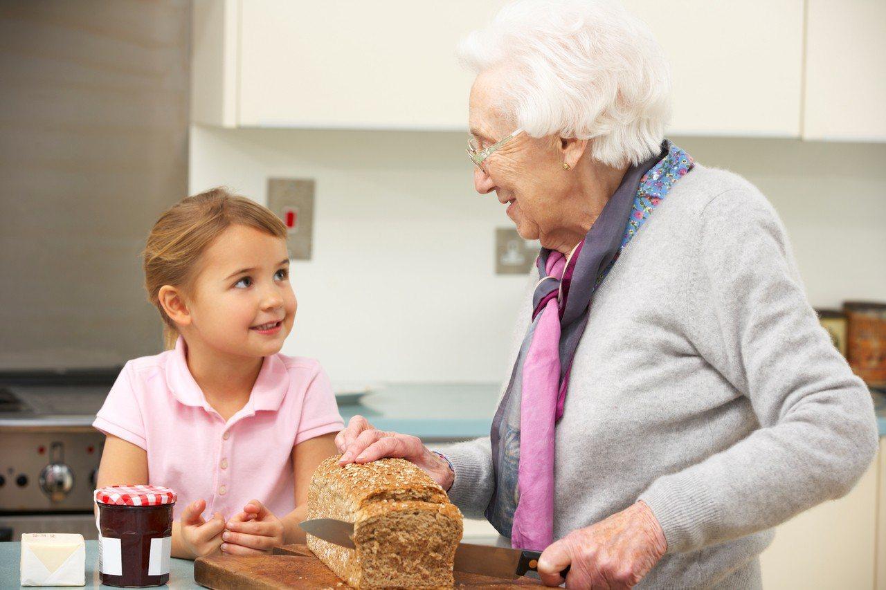 網友發文表示,只要跟奶奶說某樣東西好吃,無私的奶奶就會一直送來食物。示意圖/...