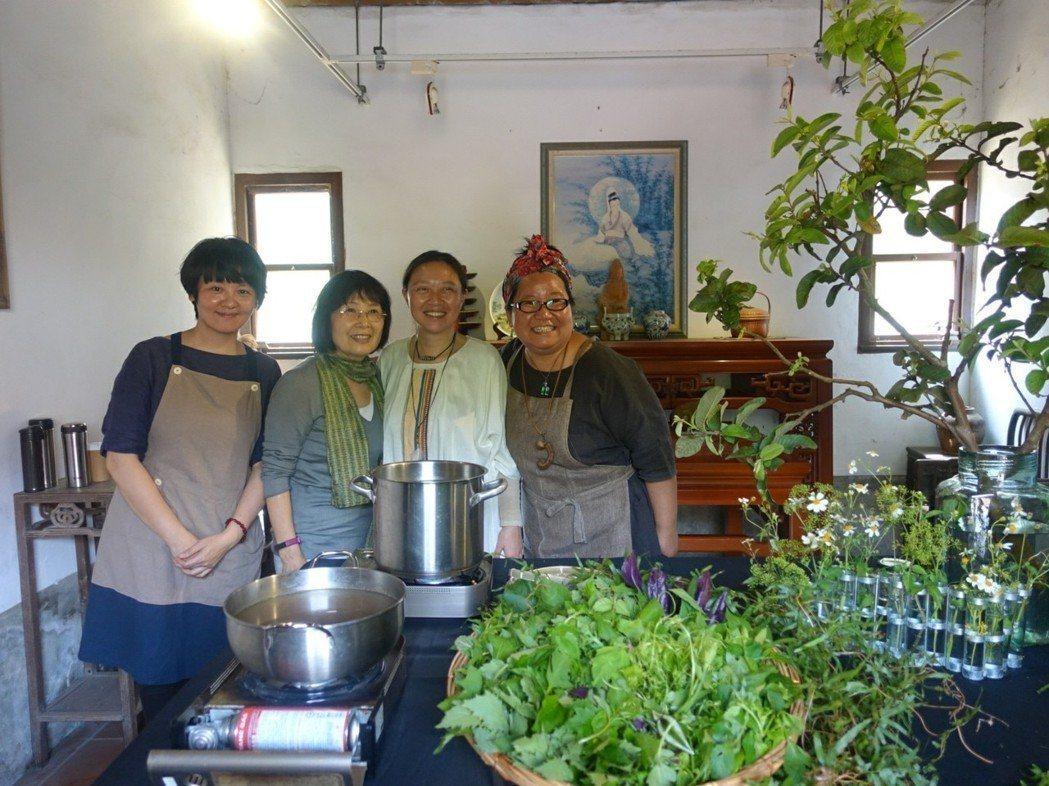 吳秀娟(右二)、主廚馬愛雲(右一)與國內餐飲界團體「Cookmania」的廚師合...