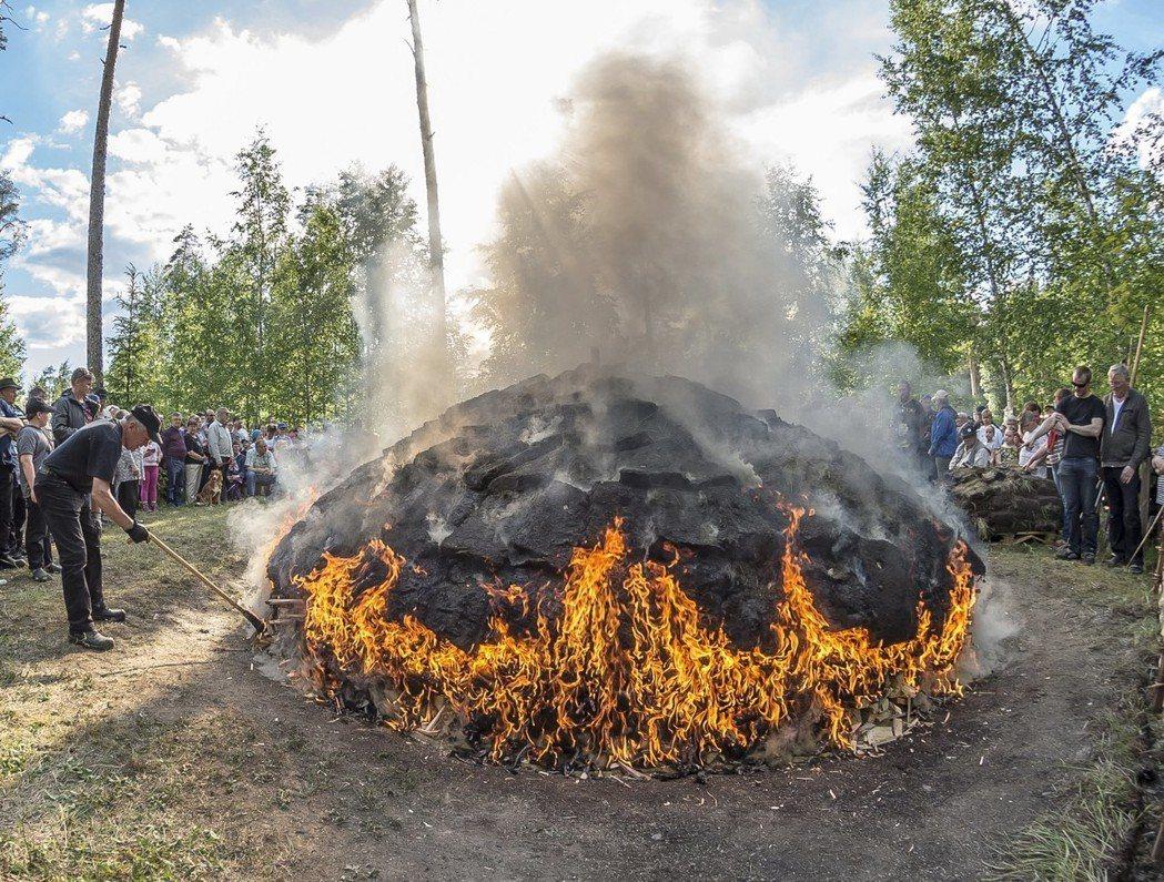 芬蘭人善於使用松樹製造焦油,圖為焦油製作過程。 圖/歐新社
