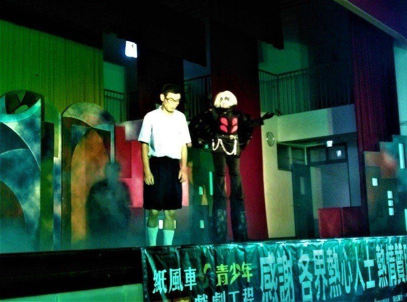 紙風車劇團11日在弘道中學演出《少年浮士德》反毒劇。(photo by 蔡岳宏/...