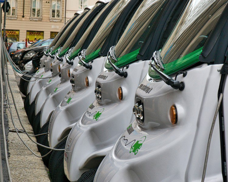 研究顯示,電動車製造的溫室氣體,是燃油的一半。 台灣醒報(擷自Flicker)