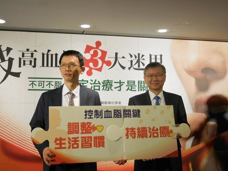 葉宏一(左)和李貽恆(右)呼籲持續治療是控制血脂的關鍵。(photo by 謝明...