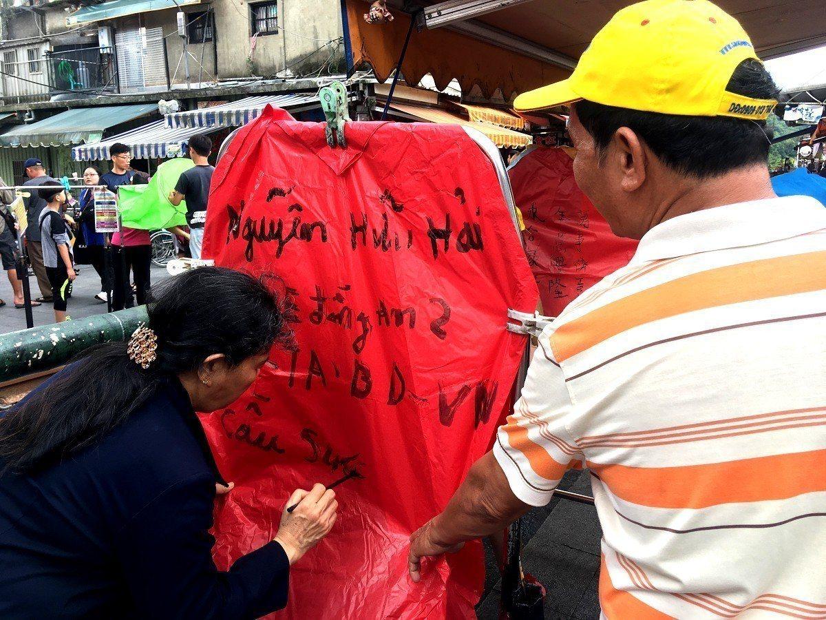 平溪十分老街湧入大量的東南亞遊客,帶團導遊丁小姐表示,這陣子光是帶團就帶到手軟,...